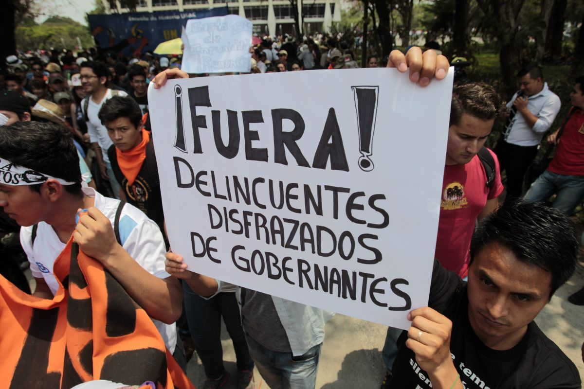 Guatemaltecos piden la renuncia de Otto Pérez Molina y Roxana Baldetti, por el caso de corrupción que implicó a varios funcionarios de gobierno.