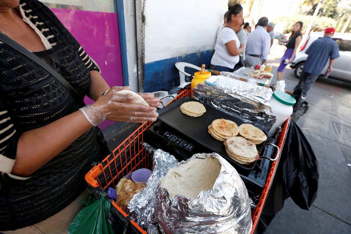 Vídeo: transeúnte destroza carrito de comida de vendedor latino