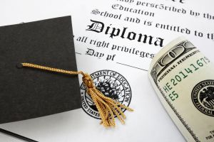 Hillary propone mayor inversión para prevenir deuda universitaria