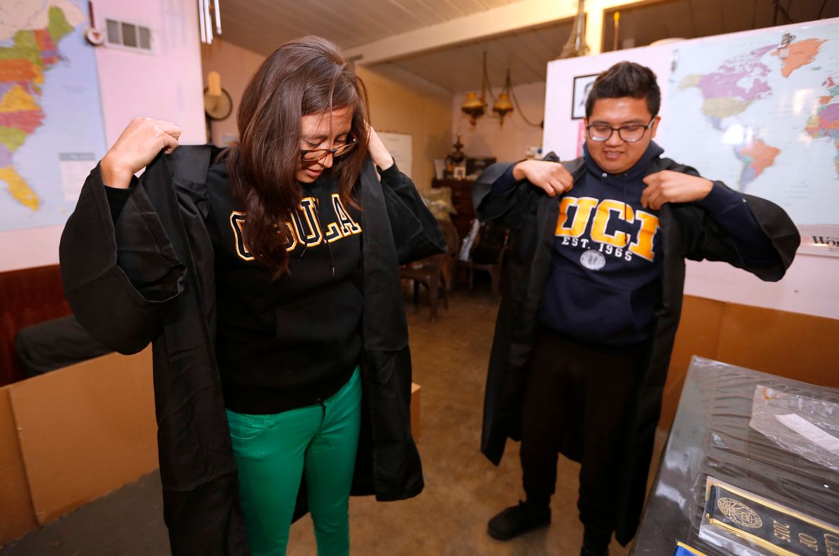 Dos hermanos indocumentados se preparan para recibir sus títulos universitarios de Cal State LA y UC Irvine.