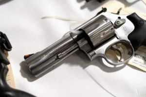 Acusan a agente del sheriff de Los Ángeles de poner pistola en mochila de niño de 8 años