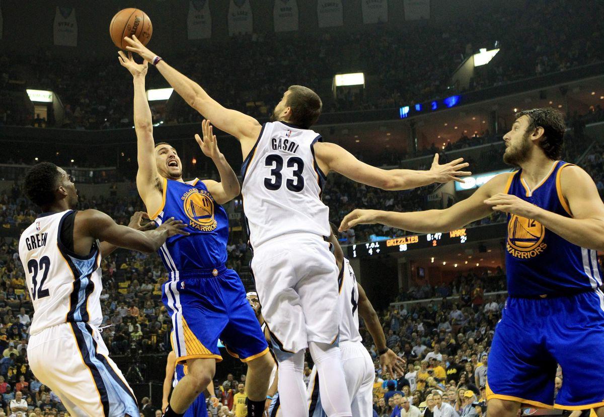 Marc Gasol, de los Grizzlies, bloquea el intento de Klay Thompson, de los Warriors.