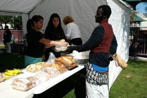 Indigentes de MacArthur Park se quedarían sin ayuda