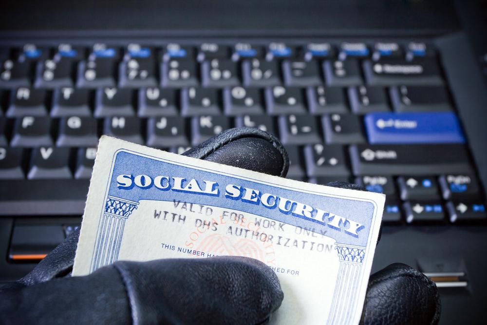 Muchos de los delitos llegan cuando los piratas cibernéticos acceden a bases de datos financieros de comercios y empresas./Shutterstock