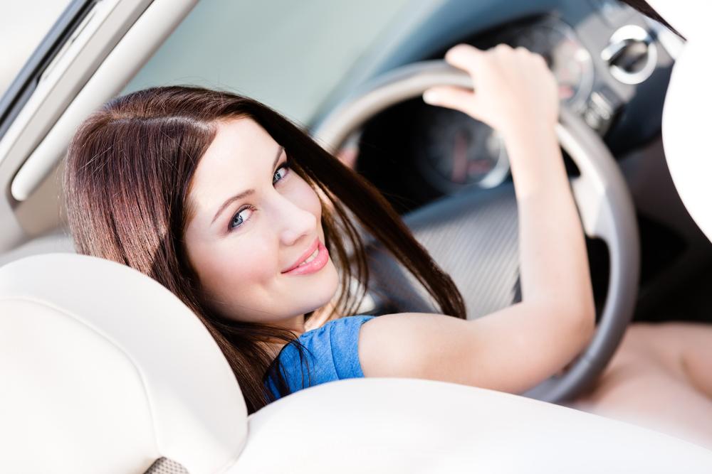 Las mujeres conducen más y mejor.