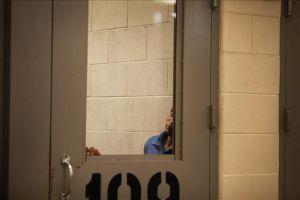 """""""Me gustan los hombres"""": Denuncian abusos y humillaciones a migrante en custodia"""