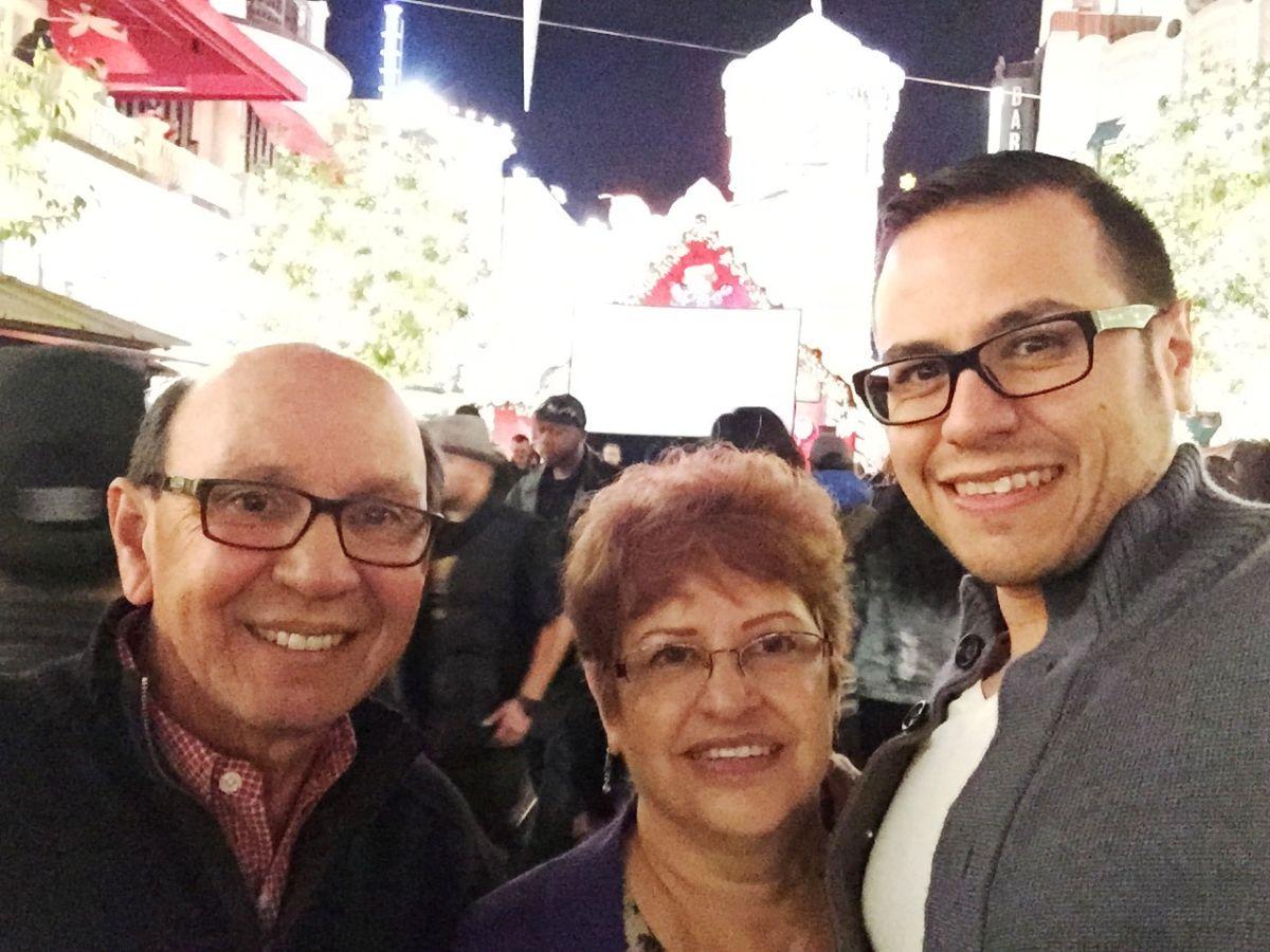 Geoff Bosmans (der.) con sus padres Tony y Cindy Bosmans.