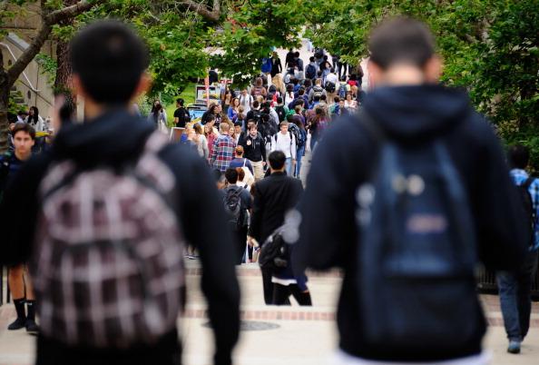 Estudiantes caminan por el campus de UCLA.