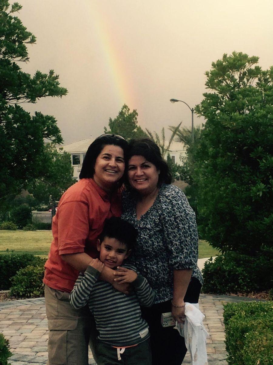 María de los Angeles Dominguez y Yamiseth Escobar con su hijo de cinco años.