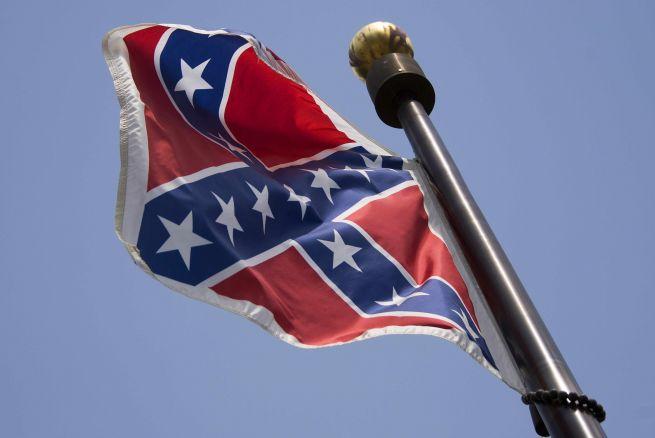 Retiran la bandera confederada del Capitolio en Carolina del Sur.