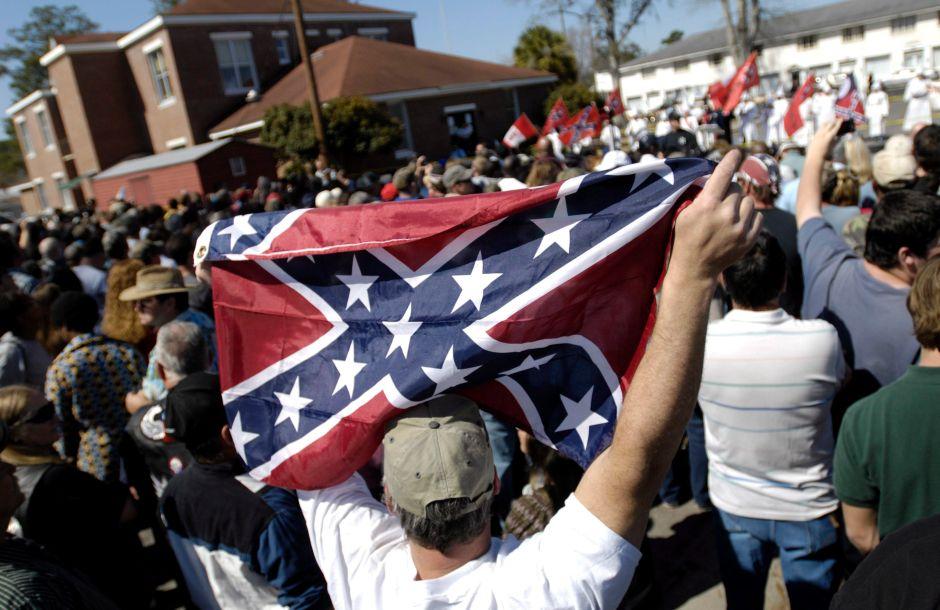 Supremacistas tratan de incursionar en recintos universitarios en EEUU