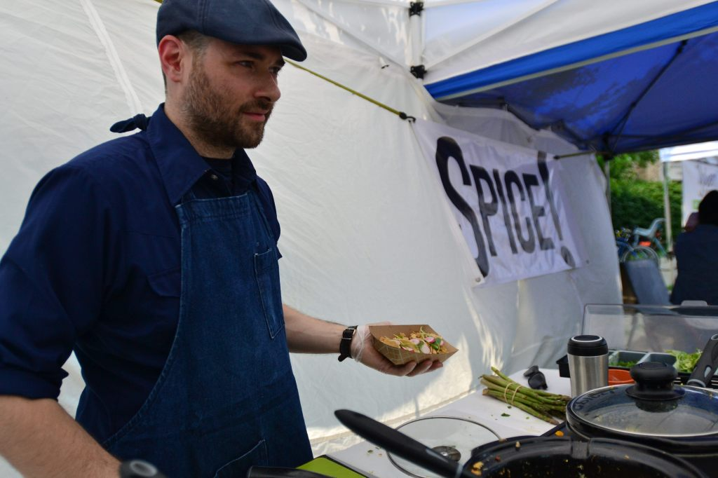 El chef griego Samm Petrichos prepara una comida greco-mexicana el psado 5 de julio 2015, en un mercado de agricultores en Chicago.