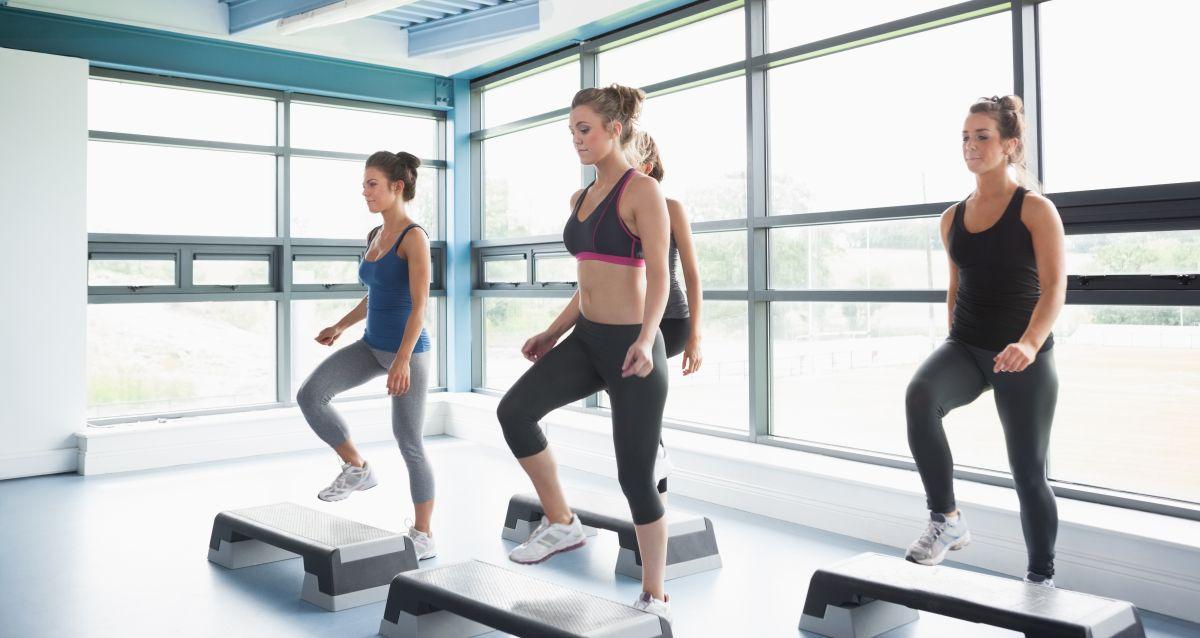 Caminar o hacer ejercicio a diario por 45 minutos ayuda a bajar la grasa que se acumula en el abdomen.