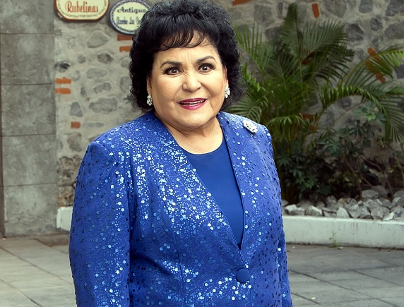 Carmen Salinas apoya a mujer que perdió su casa en incendio