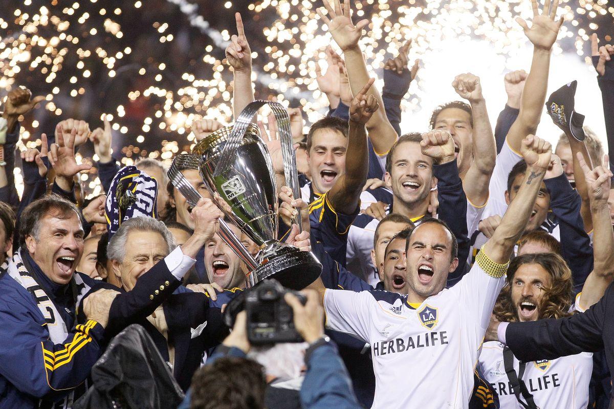 Bruce Arena y Landon Donovan encabezan la celebración por la corona de 2011, uno de los mejores planteles de la historia del club.