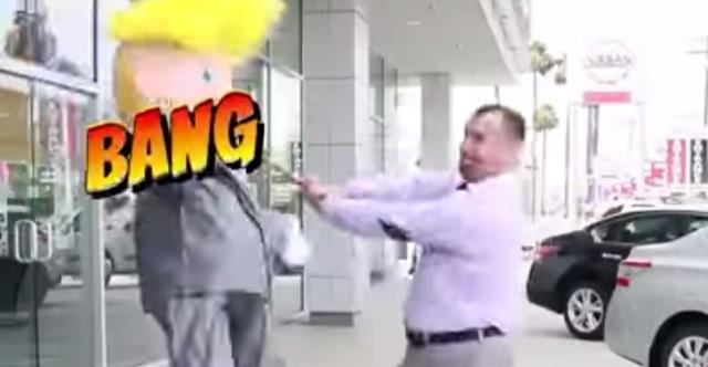 Concesionaria de coches golpea piñatas de Trump en comerciales (VIDEOS)