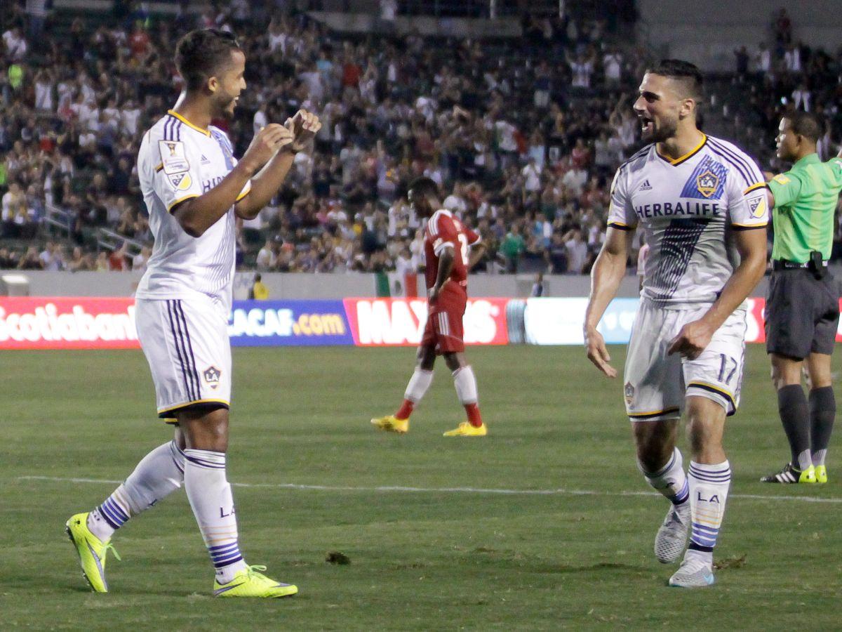 Giovani celebra con Sebastian Ledget tras marcar su primer gol con la playera blanca.