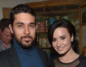 Wilmer Valderrama junto a Demi Lovato en el hospital
