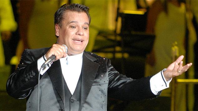 """Presentador comete """"error"""" con Juan Gabriel en Los Latin Grammy"""