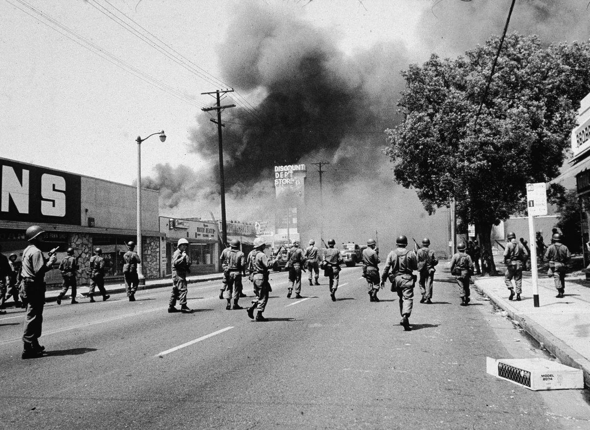 Elementos de la Guardia Nacional marchan por las calles de Watts en 1965.