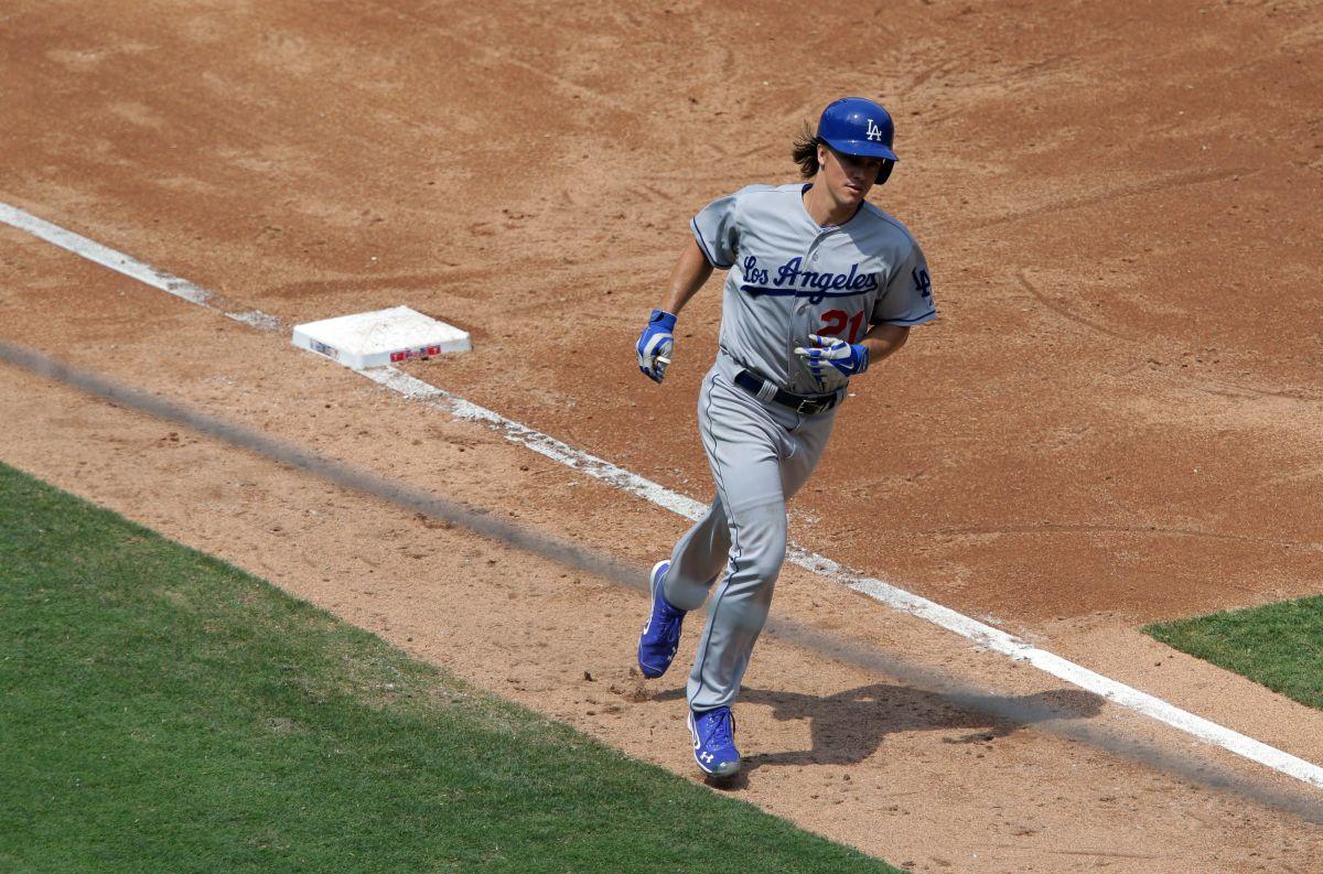 Zack Greinke ronda la tercera base tras pegar el quinto jonrón de su carrera.