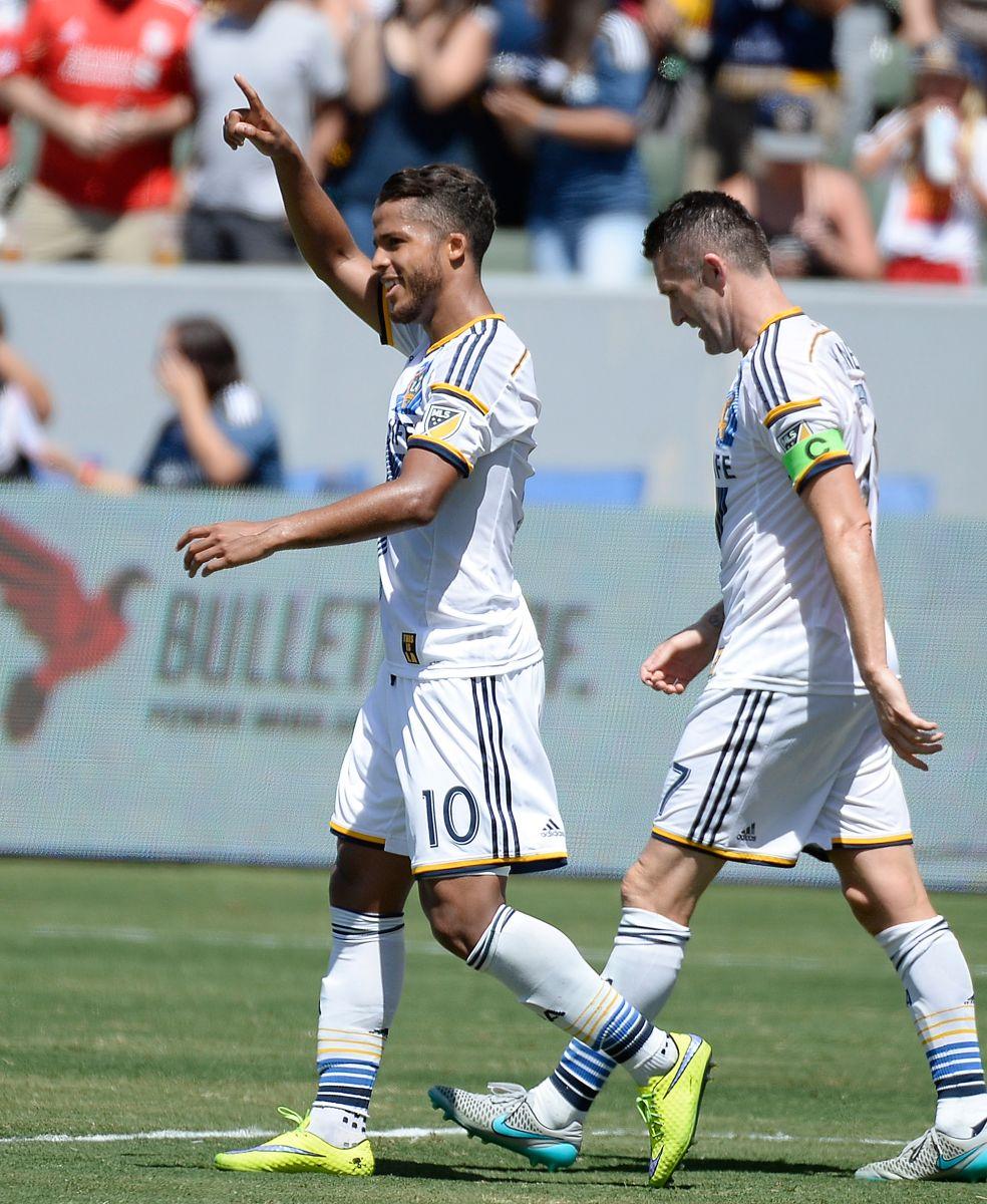 Giovani celebra su gol del domingo en compañía de Robbie Keane, con quien hizo amistad en sus días con el Tottenham de Inglaterra.