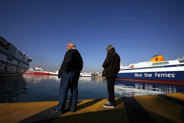 Dos huelgistas esperaban la llegada de un buque en el muelle del Pireo, cerca de Atenas.