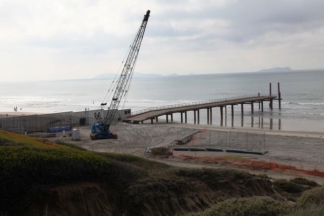 Muro fronterizo crece  hacia mar