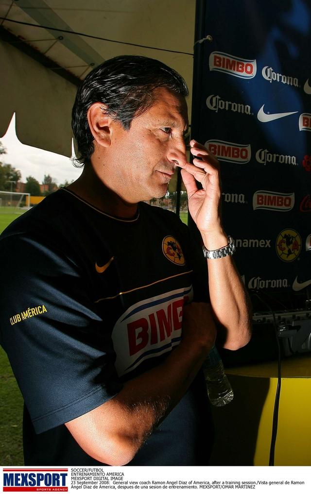 Ramón Díaz saca la escoba