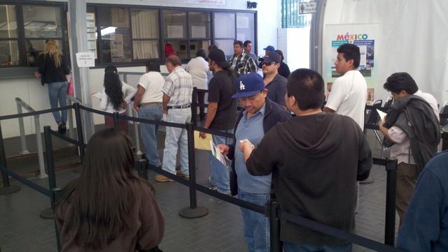 Miles de mexicanos viajan a su país