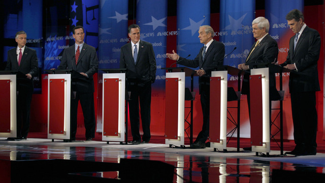 Aspirantes arremeten contra Mitt Romney