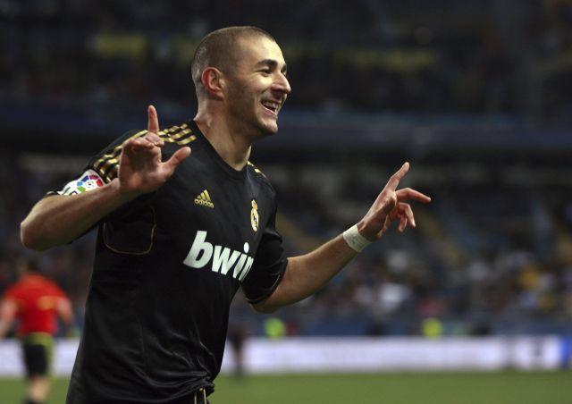 El delantero francés del Real Madrid, Karim Benzema, celebra su gol.