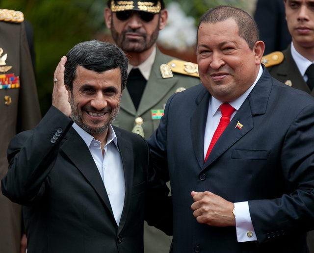 Hugo Chávez recibió a su homólogo iraní en medio de abrazos.