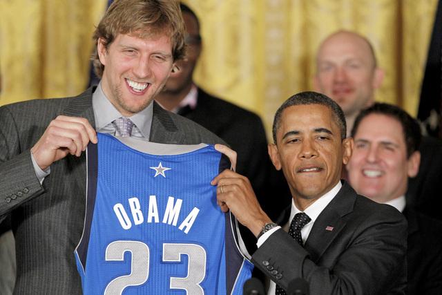 Dirk Nowitzki, capitán de los Mavericks, muestra la camiseta que le fue obsequiada al presidente Obama.