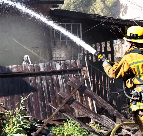 Los incendios han ocurrido a cerca de 10 pies de algunas viviendas.