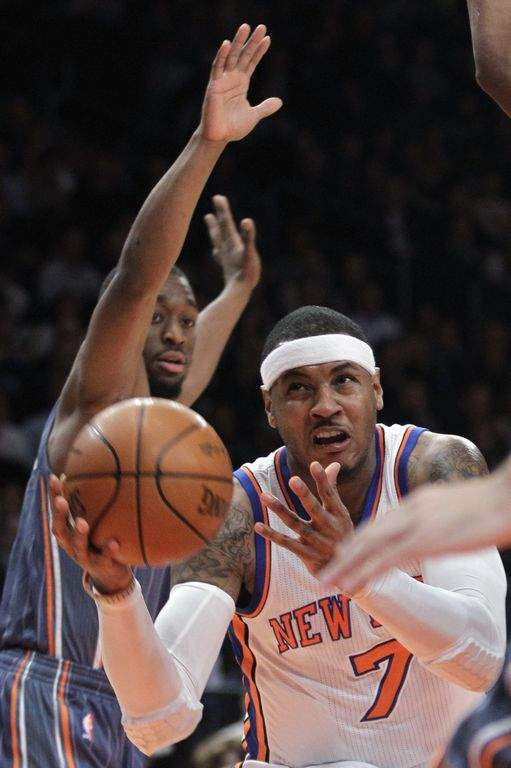 El delantero Carmelo Anthony pelea por el balón durante el juego de anoche ante los Bobcats de Charlotte.