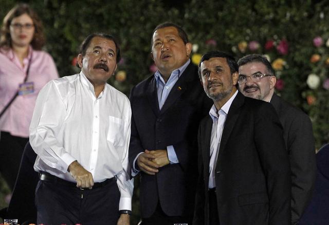 El reelecto presidente de Nicaragua Daniel Ortega (izq), acompañado de Hugo Chávez (centro), y Mahmud Ahmadineyad, de Irán.