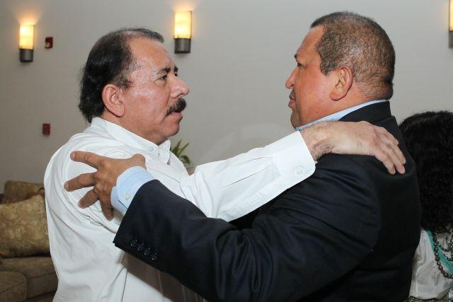 El presidente nicaragüense Daniel Ortega, recibe a su homólogo venezolano, Hugo Chávez.