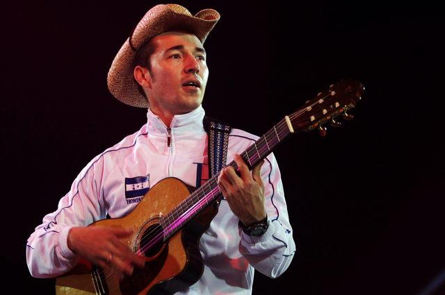 Paul Hughes es de los pocos cantautores hondureños que vive de la música en su país; interpreta 'una especie de fusión latina'.