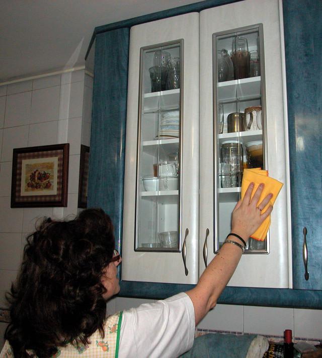 Los anaqueles se deben limpiar por encima regularmente, pero si no llegan hasta el techo no es mala idea por lo menos pasar dos veces al mes el trapo.