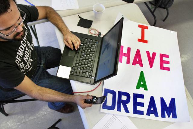 Obama pide al Congreso que apruebe Dream Act este año