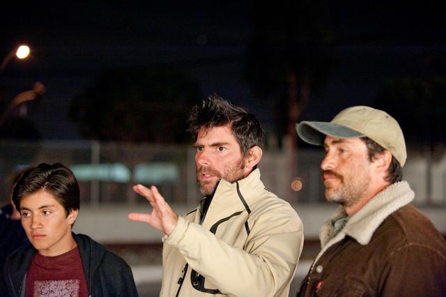 El director Chris Weitz (centro), con los actores José Julián y Demián Bichir, nominado al Oscar, durante el rodaje de 'A Better Life'.