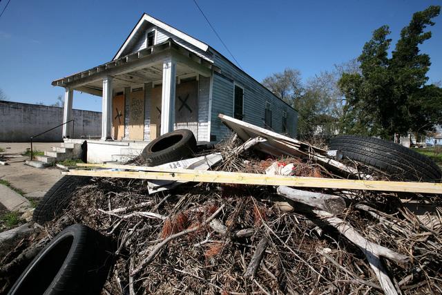 Casas abandonadas, a causa de la crisis hipotecaria, pueden servir como bodegas de armas y de drogas en New Orleans.