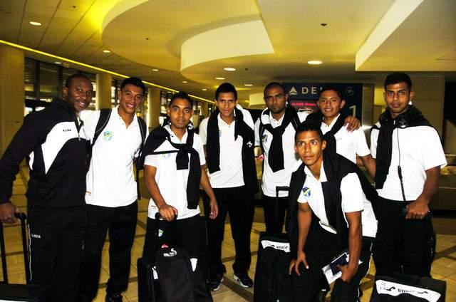 Jugadores del Comunicaciones y de Municipal convivieron en el avión tras jugar el Clásico el miércoles.