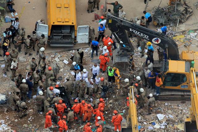Bomberos y rescatistas recuperan  cuerpos  entre los escombros de tres edificios que se desplomaron  por causas que se desconocen.