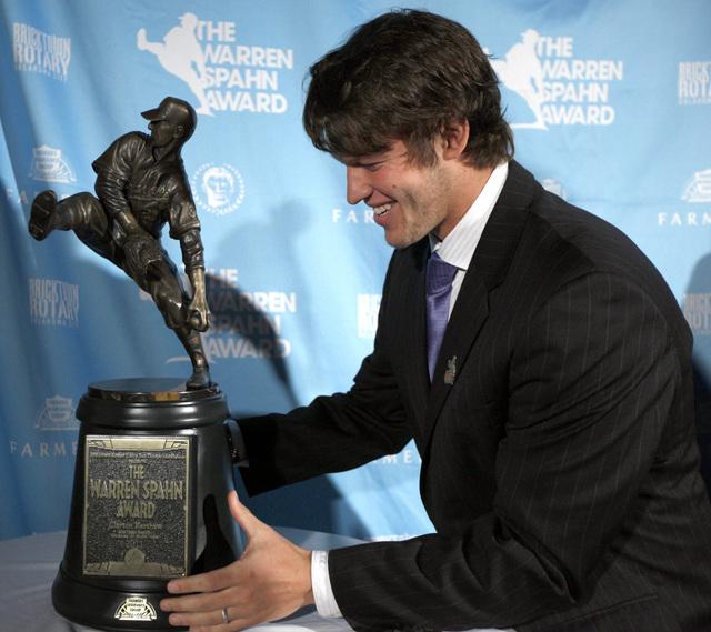 Clayton Kershaw sostiene el trofeo que lo acredita como el mejor lanzador zurdo de las Ligas Mayores  en estos momentos.