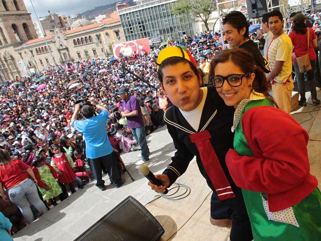 Jóvenes disfrazados  participan en el homenaje a  'Chespirito' por sus 40 años de carrera.