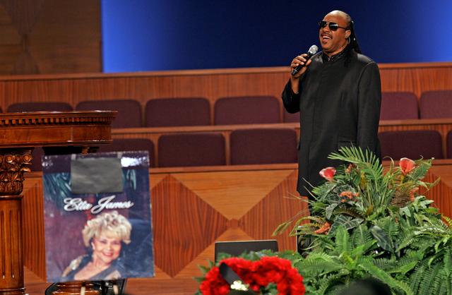 Christina Aguilera y Stevie Wonder cantan en funeral de Etta James