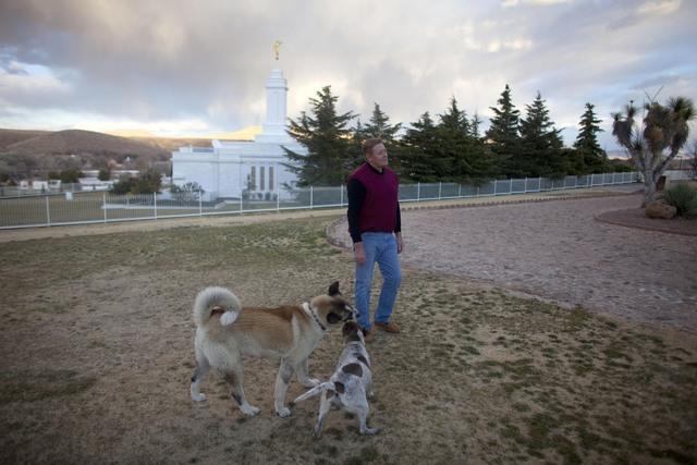 Kelly Romney, primo de Mitt, juega con sus perros en el predio de la comunidad mormona de Colonia Juárez.