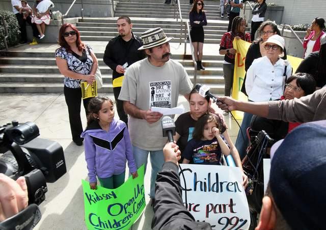 Padres e hijos mostraban su apoyo a la decisión del Juez Nash ayer en Los  Ángeles.